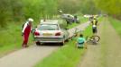 Jurywagen rijdt over fiets heen in PWZ Zuidenveldtour