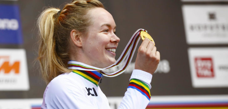 Anna van der Breggen showt haar regenboogtrui