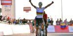 Valverde wint in UAE Tour voor het eerst in regenboogtrui