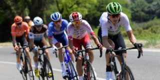 Lars Bak stapt in de ploegleiderswagen van NTT Pro Cycling