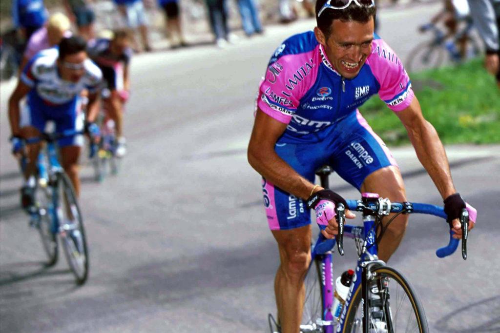 Gilberto Simoni valt aan op de Passo Pordoi