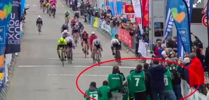 """Belgische fotograaf over finish 2de rit in Bessèges: """"Ja, we stonden dicht, maar er was geen gevaar"""""""