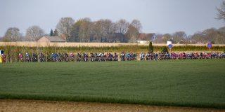 Motoren rijden lek door spijkers rond parcours Amstel Gold Race