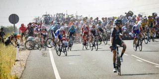 Vuelta 2021: Taaramäe en Bardet betrokken bij massale valpartij in slotfase vijfde rit
