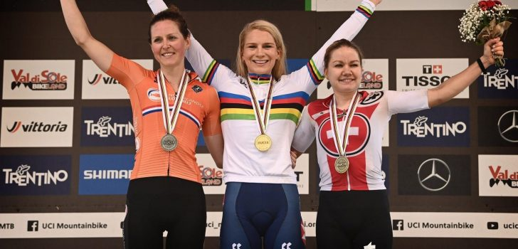 WK mountainbike: Veldrijdster Evie Richards pakt regenboogtrui op de mountainbike