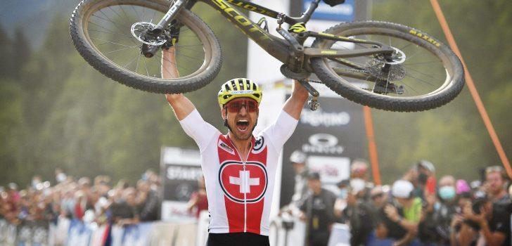 WK mountainbike: Nino Schürter grijpt negende (!) wereldtitel, Vader eindigt als tiende
