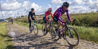 Lars Boom geeft Team SD Worx fietsles op kasseien van Parijs-Roubaix